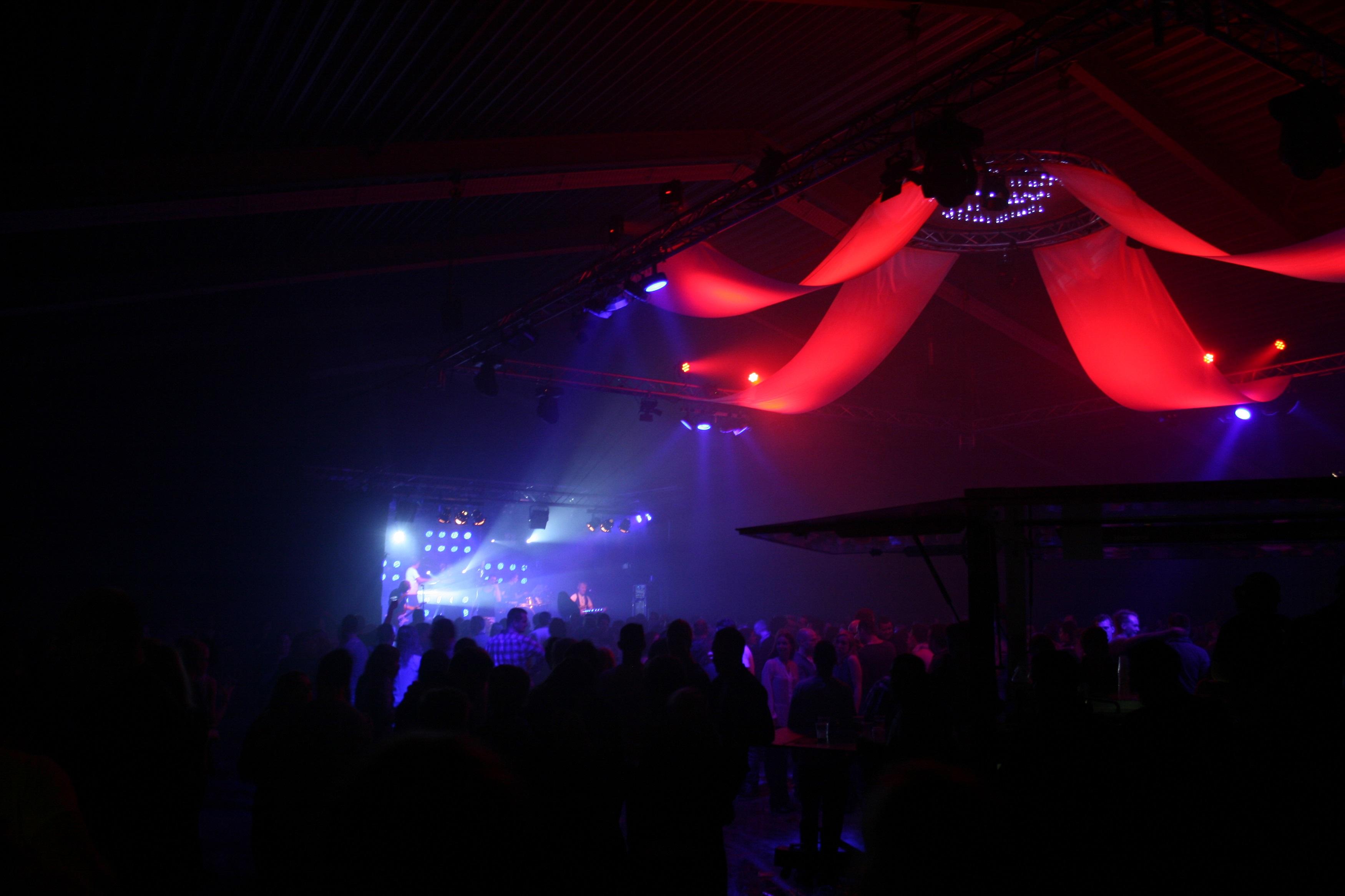 Van tennisbaan naar feestzaal. Oud en nieuwfeest 2014 Coevorden met band Melrose.